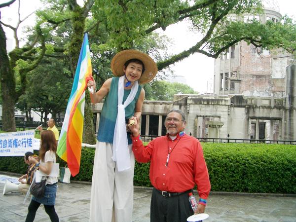 背高女(森田ゆり)平和公園でアメリカ・インディアンリーダーのデニス・バンクスにばったり
